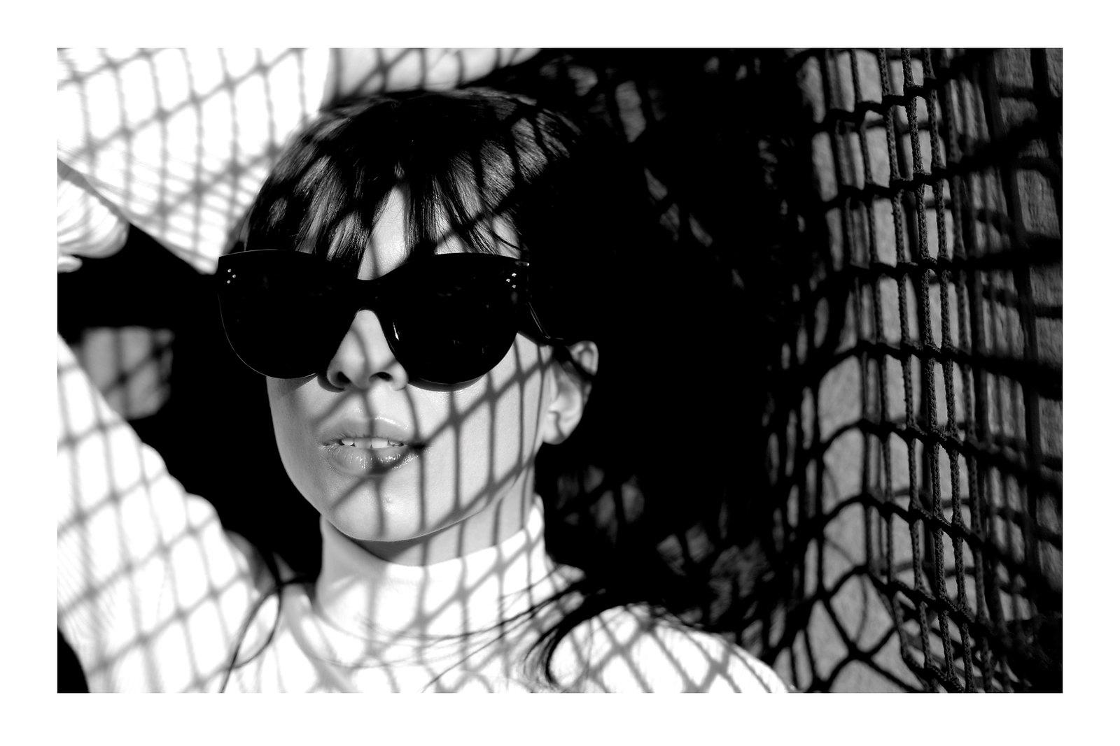 tennis edgy styling editorial photography chicwish white knit bell sleeves silk pants summer heat style céline audrey sunglasses j.w.anderson pierce bag zara sandals shadows fashionblogger outfit ootd modeblog cats & dogs ricarda schernus düsseldorf 5