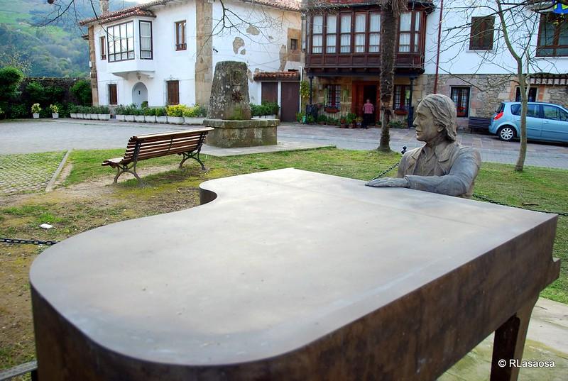 Escultura homenaje a Juan Carlos Calderón