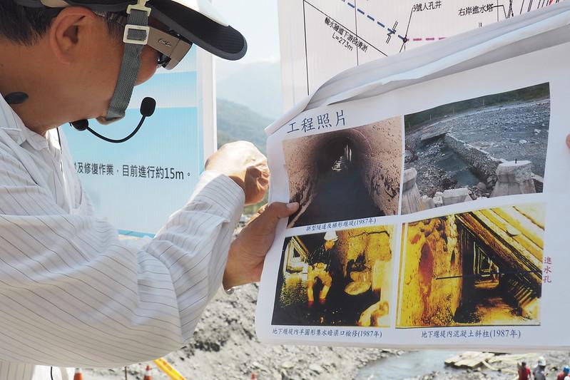 從文獻資料中,找出二峰圳的工程記錄,據以修復,並在現場向民眾說明這項傳統工程智慧。攝影:李育琴。