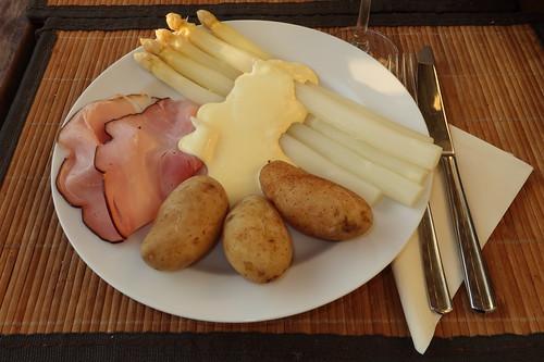 Weißer Spargel (aus Dissen) mit Sauce Hollandaise (von Lukull), Frühkartoffeln und Kernrauchschinken