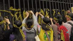 立院濟南路外欄杆遭民眾綁滿黃絲帶