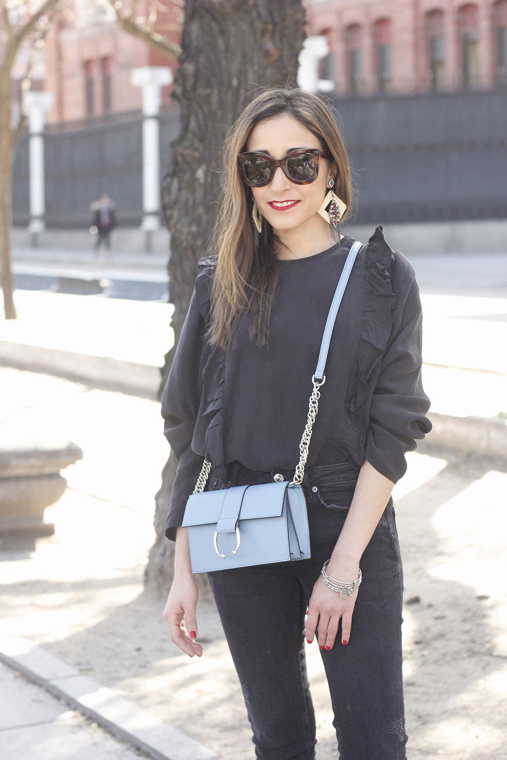 Black ruffled shirt black jeans uterqüe bag earrings sandals outfit style fashion céline sunnies spring07