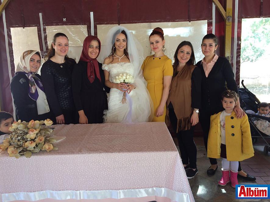 Ekşilik Düğün Salonu'nda verilen düğün yemekte gelin Yeliz Yakar ve arkadaşları Albüm'e poz verdi.