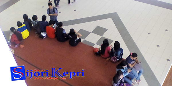 Para Pencari Kerja duduk santai di Plaza Batamindo