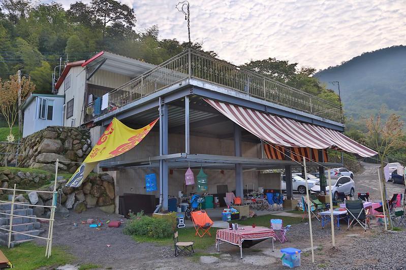 營本部和底下雨棚區