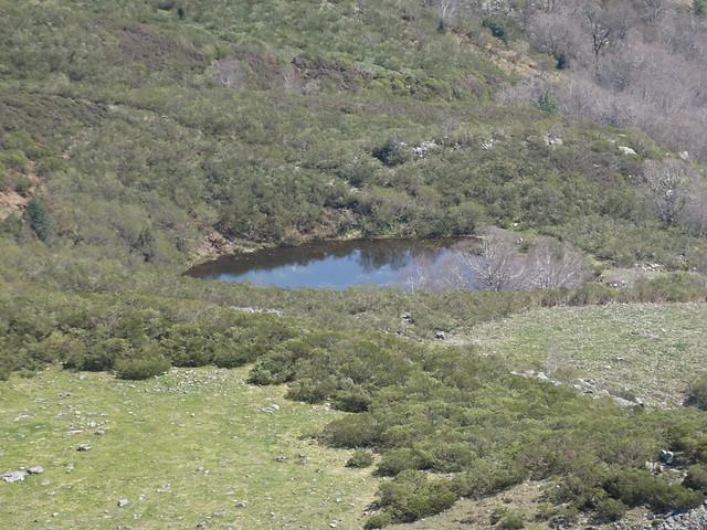 Laguna en la Ruta del Albergue a Tres Bispos - Ancares