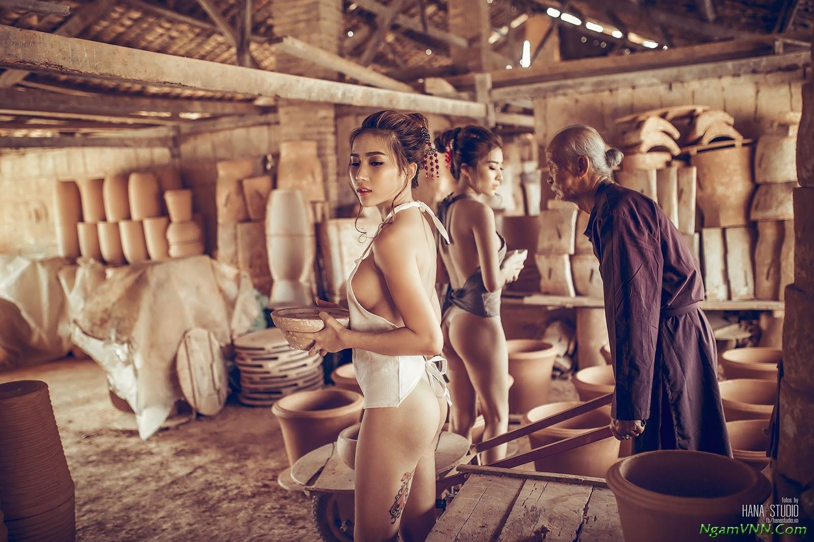 Hai cô gái tung bộ ảnh cực kỳ phản cảm bên cụ già trong một xưởng gốm