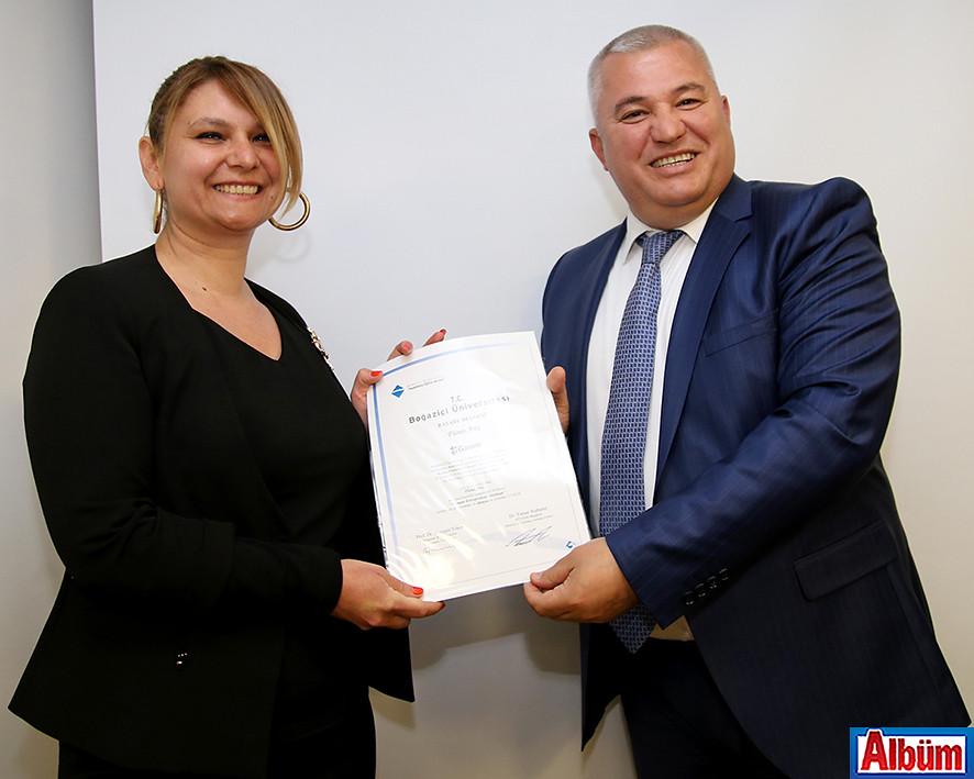 Füsun Ateş, sertifikasını Mehmet Şahin'in elinden aldı.