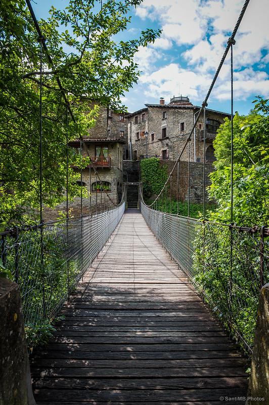 Entrando al puente colgante de Rupit