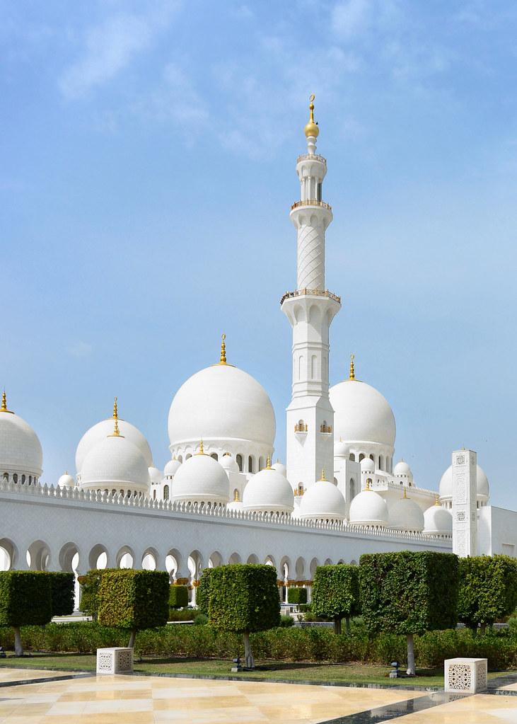 Gran Mezquita de Abu Dhabi vista desde los jardines del exterior
