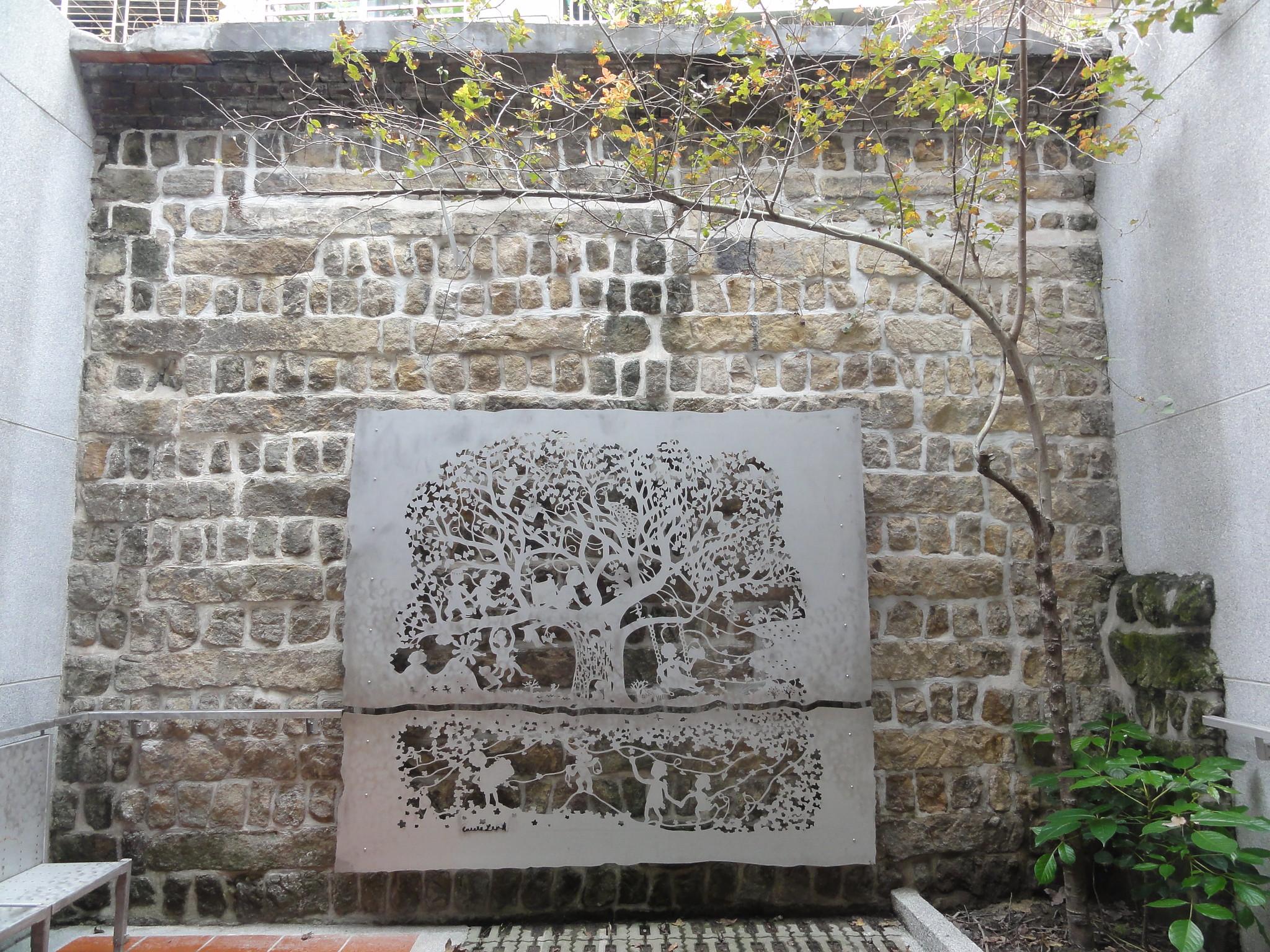 「阿嬤家的生命樹」在後院以不銹鋼板放大重現。(攝影:張智琦)