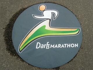 Logo Darß-Marathon auf der Laufstrecke