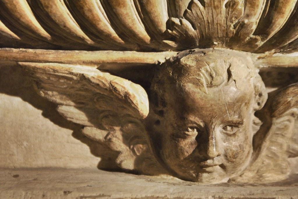 Détails d'une sculpture représentant un ange au musée medieval de Bologne.