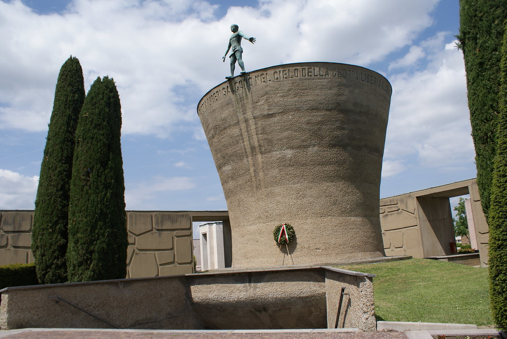 Monuments funéraires militaires du cimetière de Bologne.