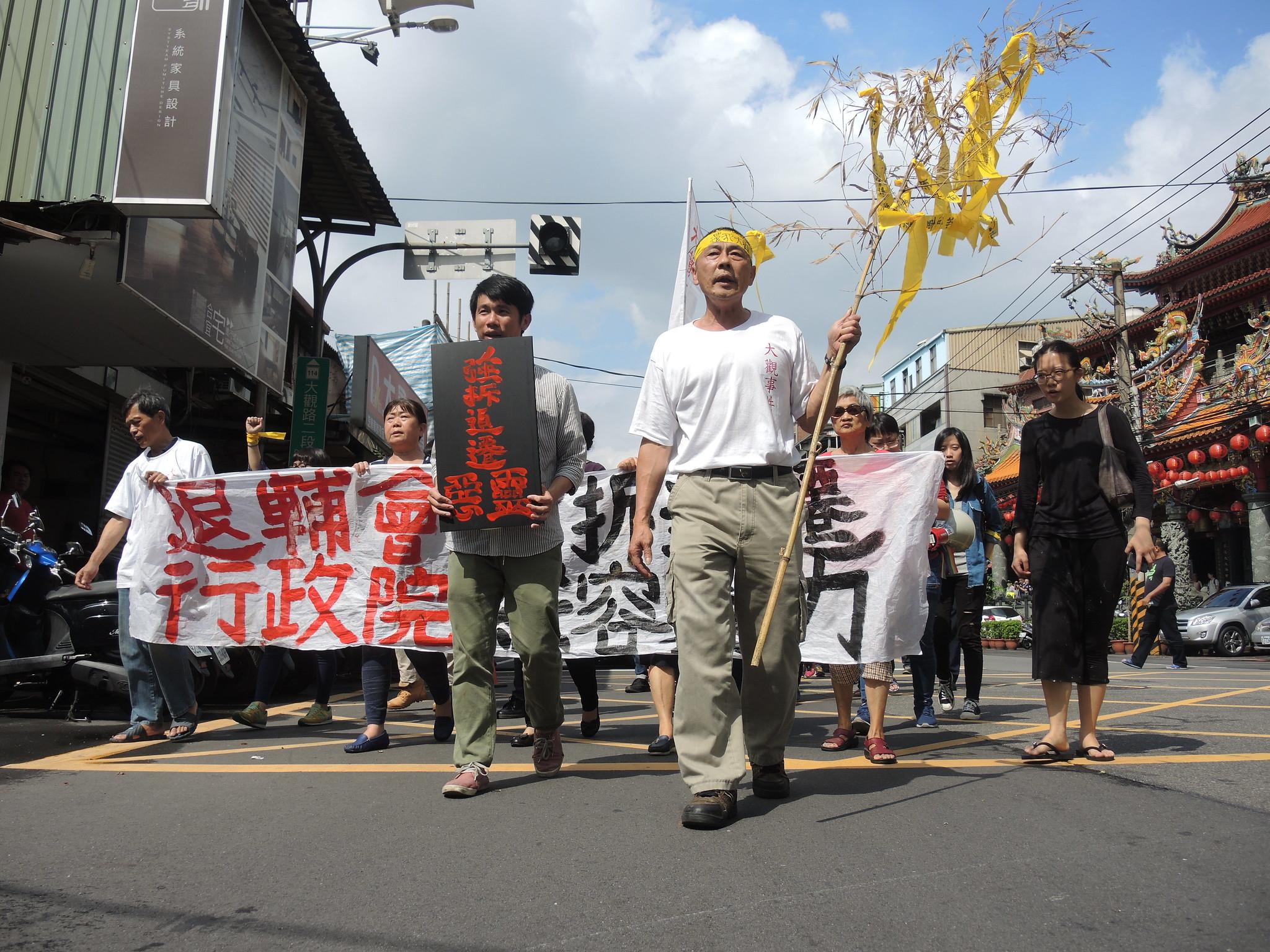 居民及聲援者走在大觀路二段上遊行。(攝影:曾福全)