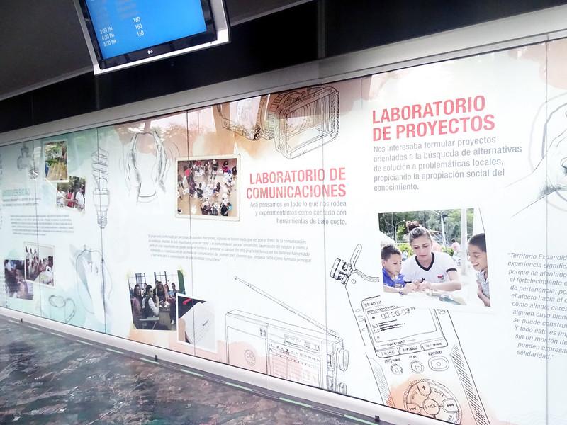 Painel de fotos e textos de Medellín