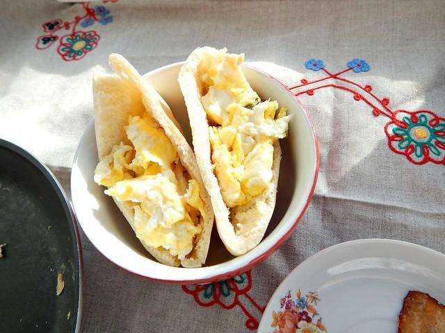 Готовим по Книге о вкусной и здоровой пище, вариация на тему Тартинок: Пита с омлетом, жареной грудинкой и зелёным луком | HoroshoGromko.ru