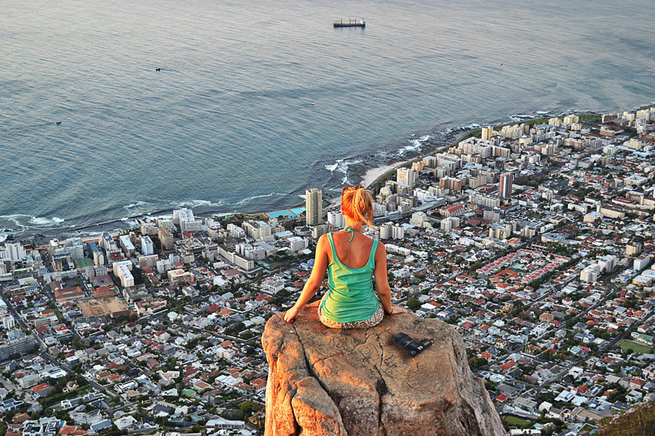 Frau auf dem Lions Head in Kapstadt