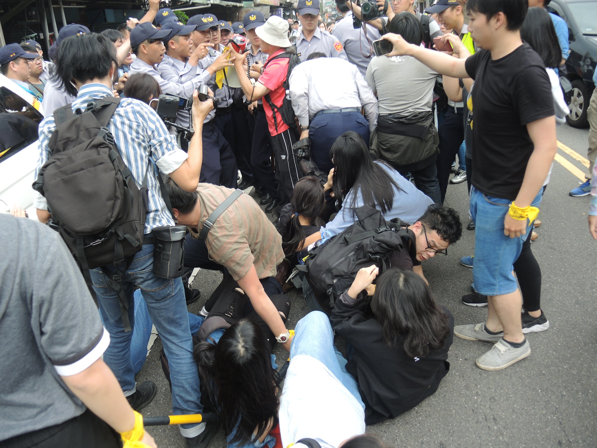 黎明幼稚園園長林金連出現後爆發衝突,群眾遭警方推倒在地。(攝影:曾福全)