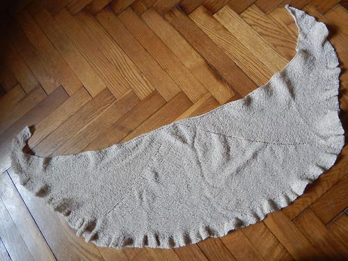 косынка Евгения, серповидная шаль, связанная спицами. Описание и фотографии. | horoshogromko.ru