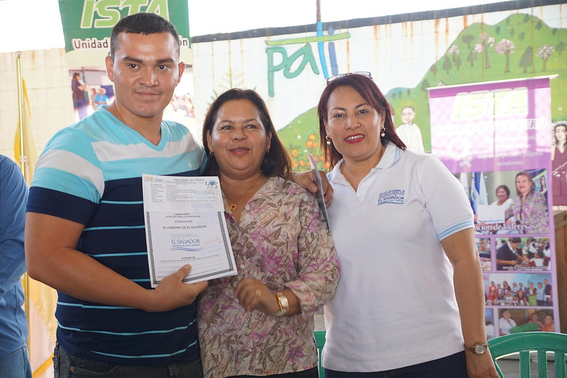 Familias de Comunidad Flor Amarilla reciben sus escrituras