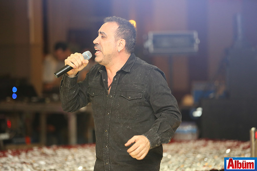Gecede sevilen sanatçı Haluk Levent sahne aldı.