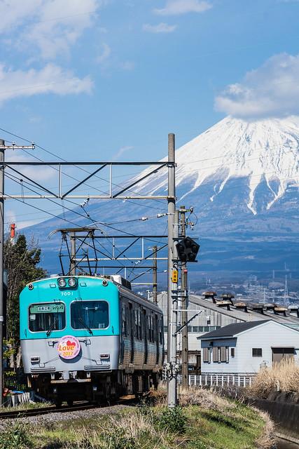 岳南電車と富士山を縦構図で撮る