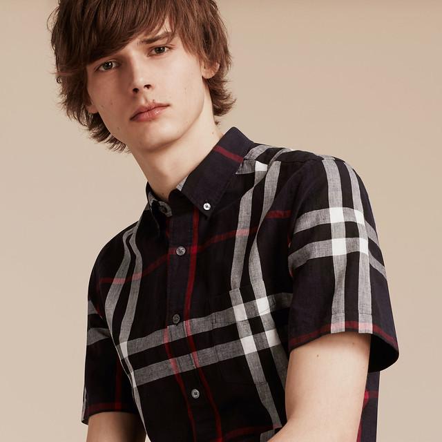 Hình trên web Burberry mẫu mặc rất trẻ trung, thoải mái và sang trọng