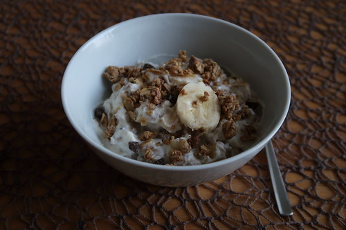 Joghurt mit Bananenscheiben und Knusperflocken