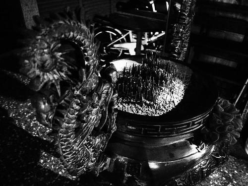 台北の街の香炉のモノクロ写真