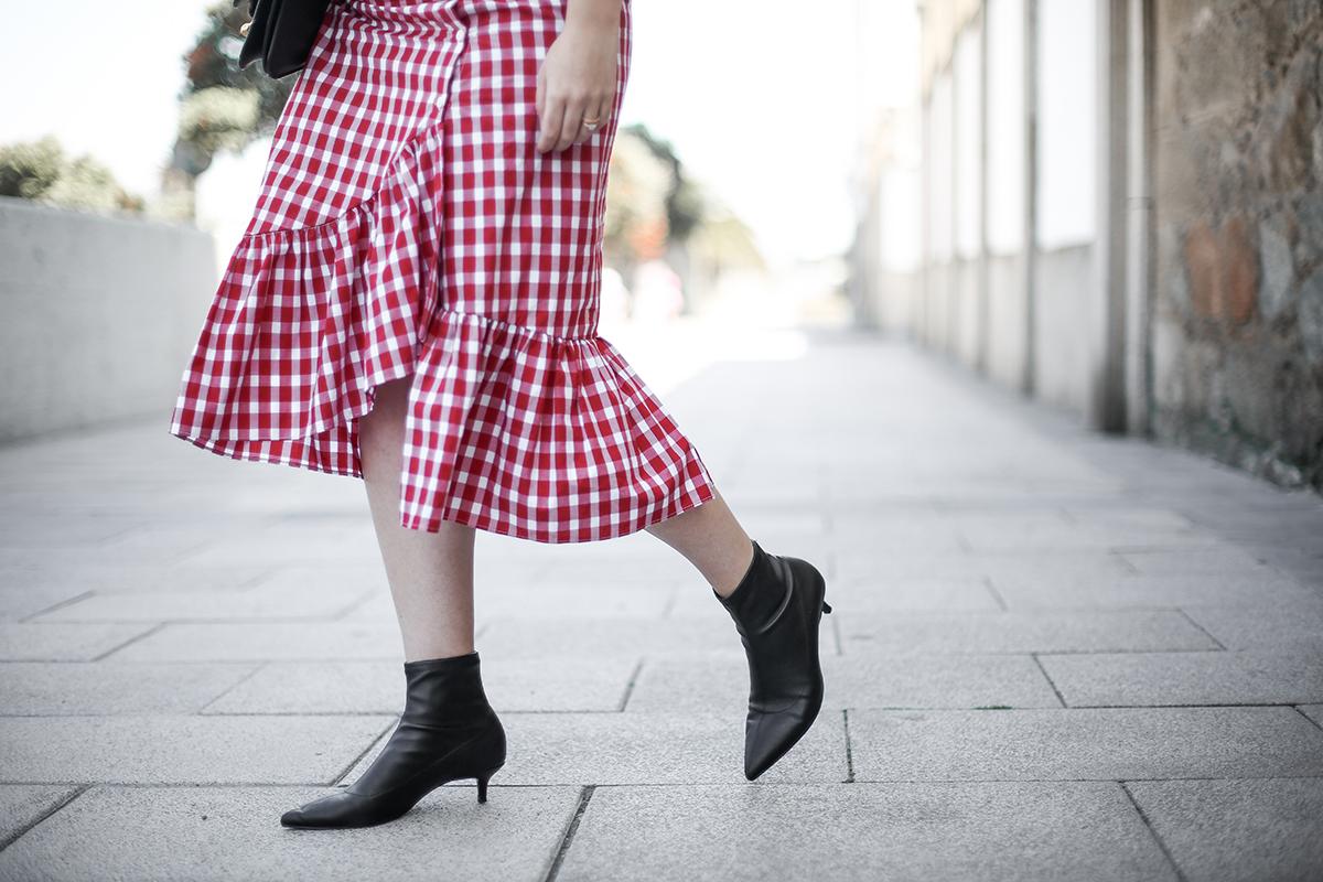 falda-cuadros-vichy-asimetrica-zara-look-jwanderson-farfetch-canotier-myblueberrynightsblog2