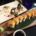 sushita_café8-maki-roll-california-espacial-langostino-rebozado-de-panko-queso-crema-aguacate-y-topping-con-verduras-fritas-con-salsa-de-anguila