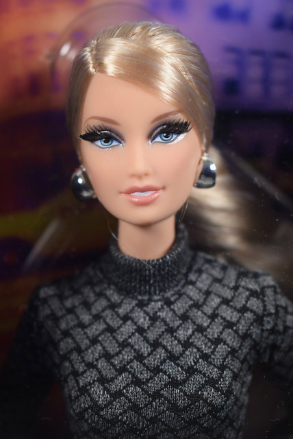 2012 Barbie The Look City Shopper X8258 (1)