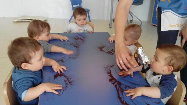 En bebés experimentamos con el rico aroma y textura del café! Después como contraste la harina!