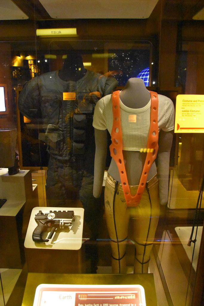 5th Element costumes w... Bruce Willis