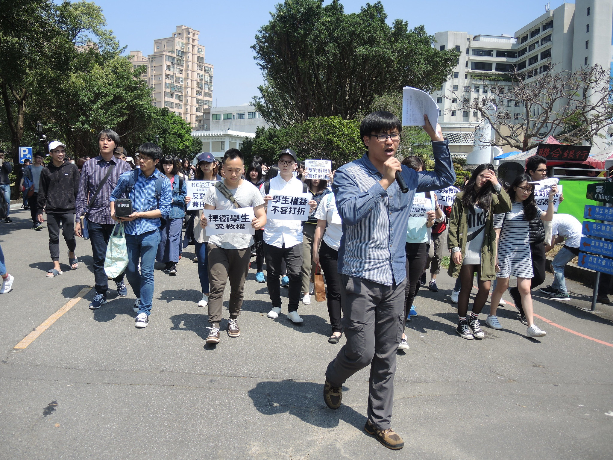 淡江學生前往行政大樓遞交連署書。(攝影:曾福全)
