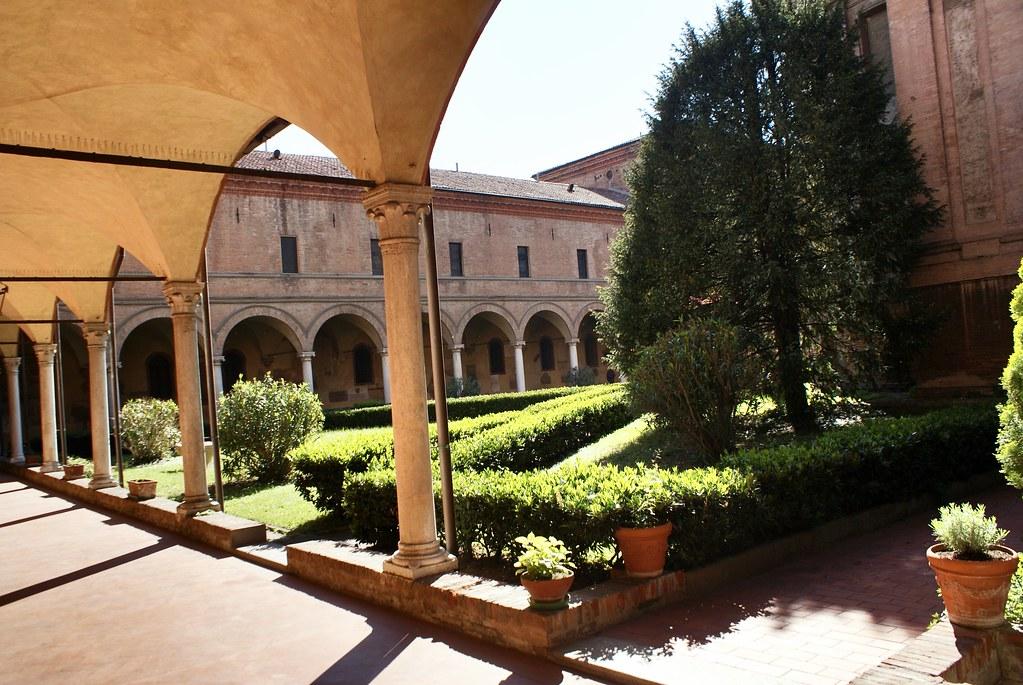 Cloître de la basilique San Domenico de Bologne.