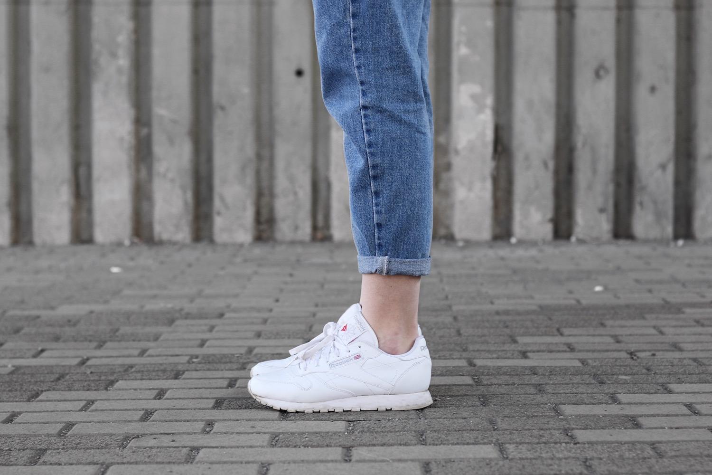 Na nohou mám mé oblíbené Reebok classic v bílé barvě z Footshopu (link). A  v ruce batoh Alex Monhart složený do psaníčka. 32a63526ba