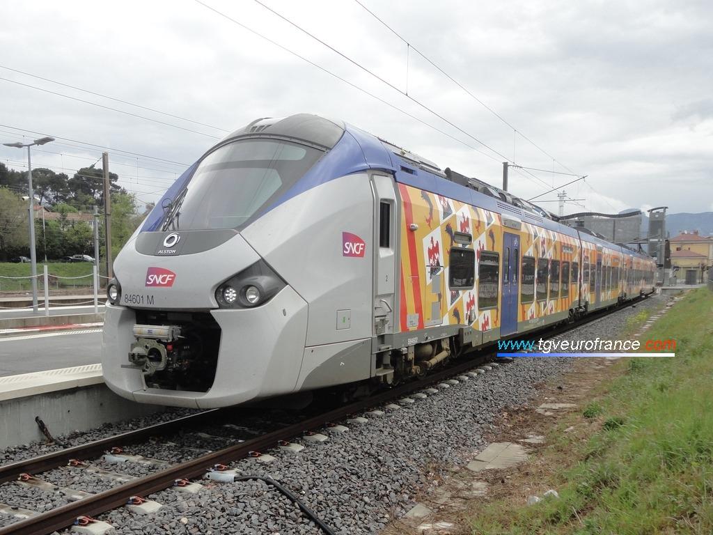 Un Régiolis Alstom Coradia Polyvalent en gare d'Aubagne le 1er avril 2017