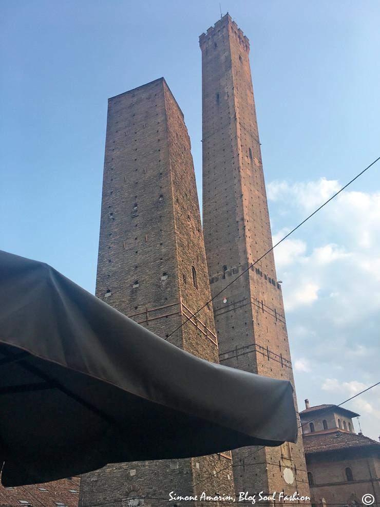 Bem embaixo das famosas 2 torres!