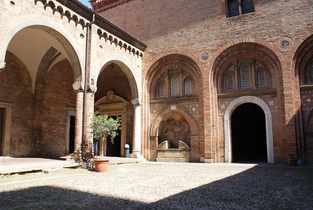 Une cour de Santo Stefano à Bologne ouvrant sur l'ancien cimetière du monastère.