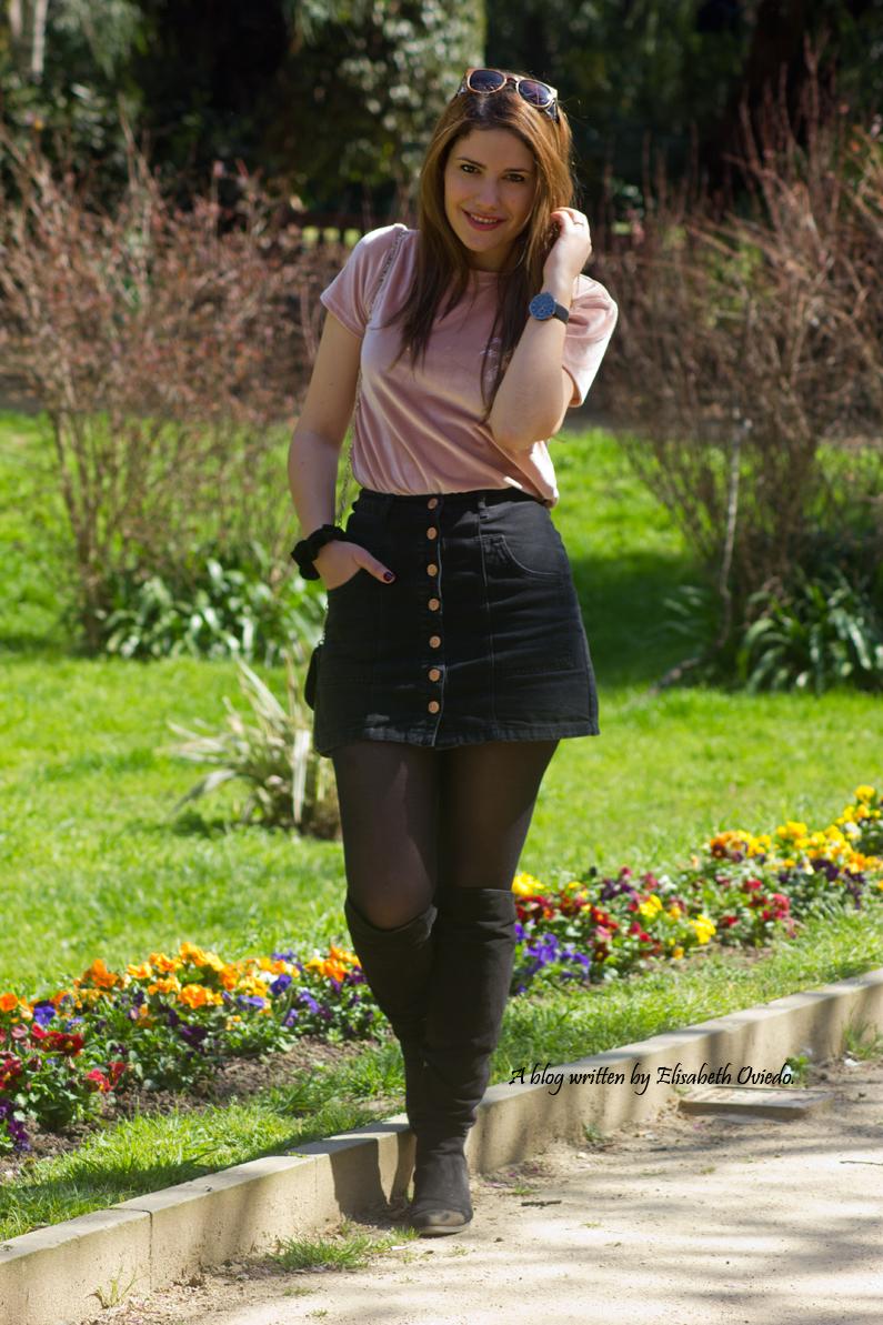 falda negra stradivarius camiseta rosa botas altas tacon funda customizada (1)