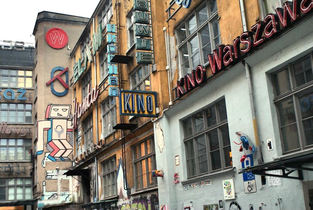 Néons et street art dans le quartier au sud de la Vieille Ville de Wroclaw.