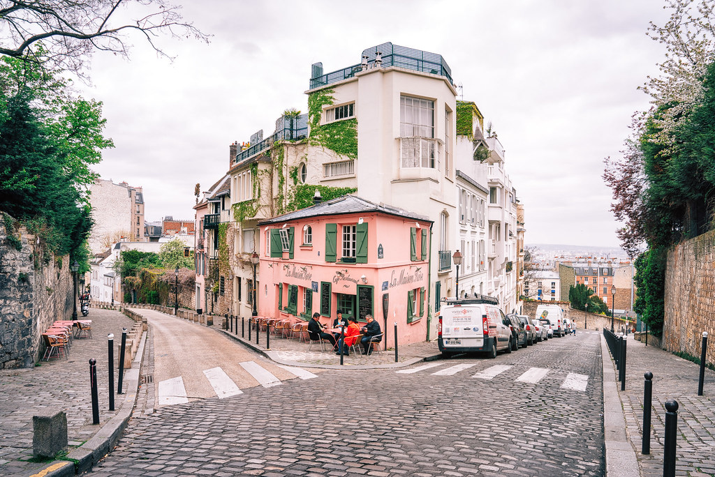 Paris montmartre la maison rose a view looking out for Autour de la maison rose