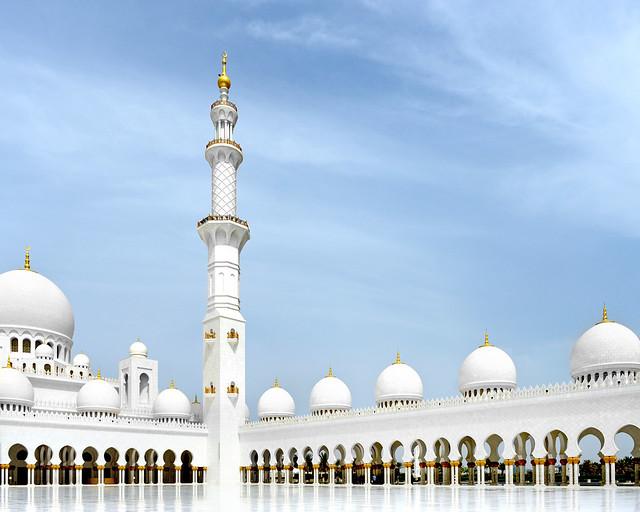 Uno de los minaretes principales de la mezquita de Abu Dhabi