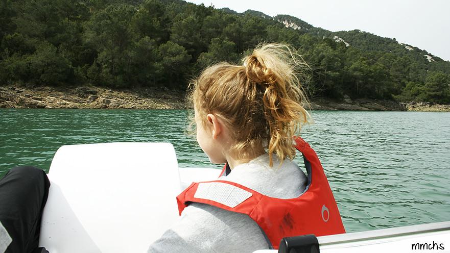 niña en barco