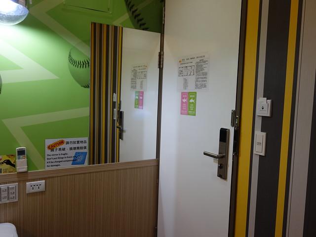 門後有穿衣鏡@清翼居童話館,近台北車站的住宿選擇