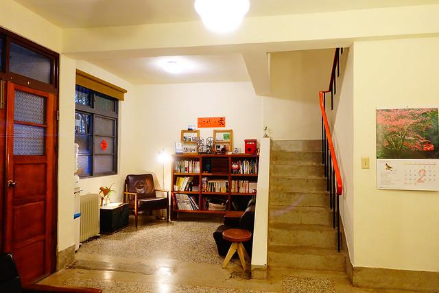 一樓地板上有道補過磨石子的痕跡,猜測是一樓的孝親房與客廳打通,讓一樓更加開闊  @花蓮小晴天旅宿