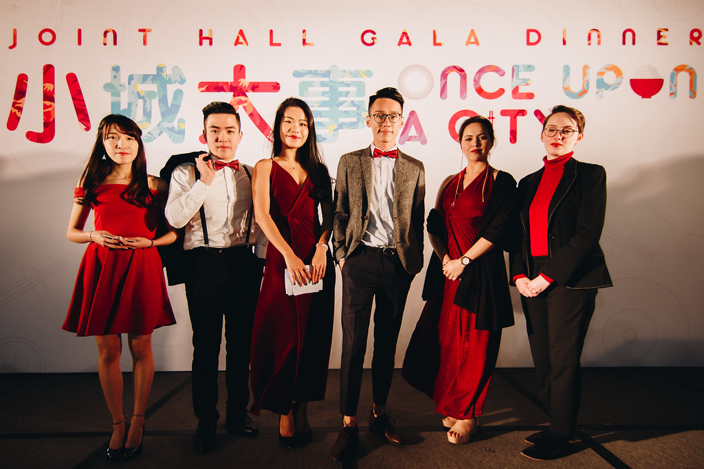 Our great MCs for the night (from L to R): Catherine WONG (Alumni Civility Hall), Issac HAN (Hall 11), Rose CHOW (Alumni Civility Hall), Walter WONG (Lee Shau Kee Hall), Sadhika NANDA (Hall 11), and Georgia IVERS (Lee Shau Kee Hall). / 色彩艷紅的一眾大會司儀(左起):黃靜(校友樂禮堂)、韓俊樂(舍堂十一)、周嘉怡(校友樂禮堂)、王瑞賢(李兆基堂)、Sadhika NANDA(舍堂十一)及Georgia IVERS(李兆基堂)。