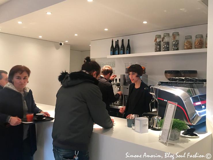 O bar com cervejas artesanais, sucos, café, etc. localizado na entrada da Bottega Portici.